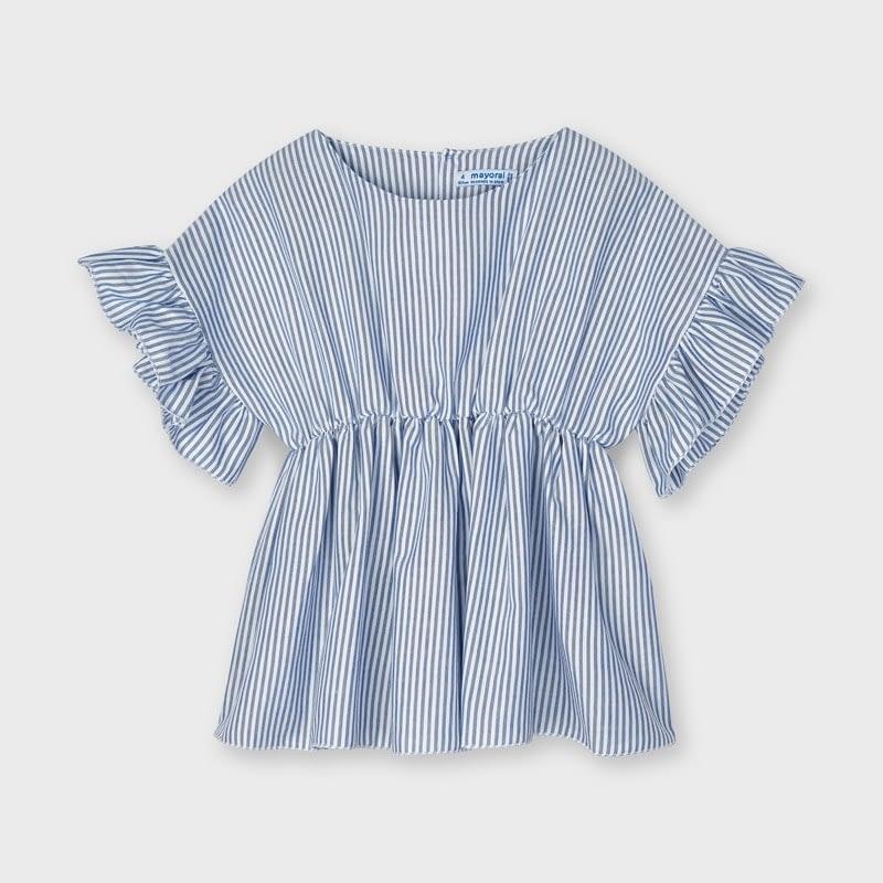 Blusón de manga corta para niña con detalles de volantes. Cuello redondo. Diseño con corte en el pecho y gomita para más comodidad. Pequeña abertura en la espalda con cierre de botón para facilitar la puesta de la prenda. Tejido 100% algodón.