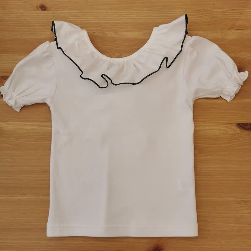 Camiseta Greta ribete azul marino Farfala kids. Cuello ribeteado en marino, y lazada de tela. Manga corta con gomita, un fondo de armario