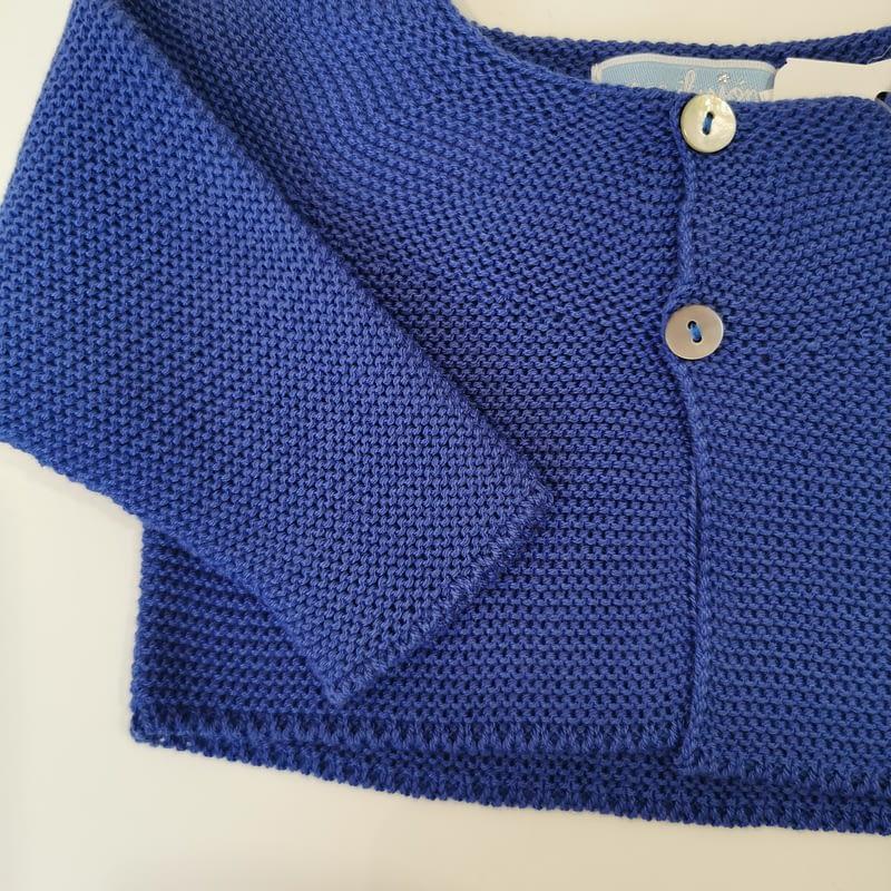 Rebeca unisex azulina Mac ilusión bebe. Cuello redondo,cierre con dos botones,punto bobo. Rebeca ideal para poner con conjuntos o vestidos.
