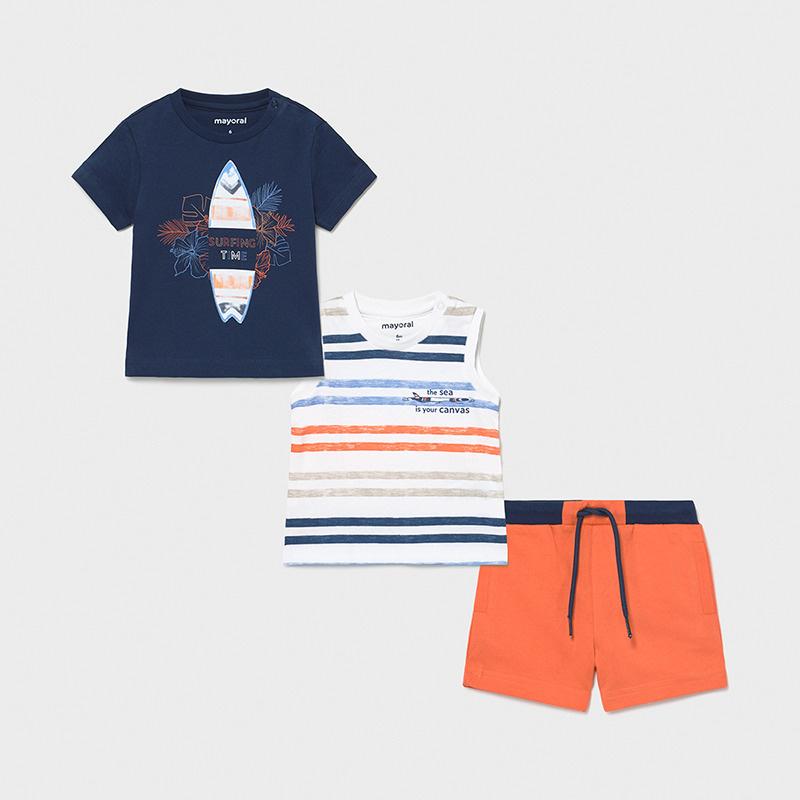Juego de 2 camisetas, lisa manga corta con serigrafía de tabla de surf, camiseta rayas de manga sisa y bermuda en naranja a contraste, con cordón y goma cintura. Conjuntos muy cómodos y prácticos para verano.