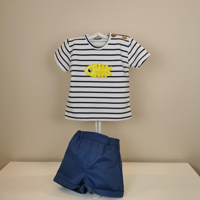 Camiseta punto de rayas marino,apertura en cuello con dos botones, detalle de pez amarillo de lentejula. Bermuda de tela de algodón en marino,goma en cintura.