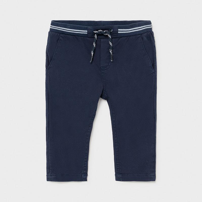 Pantalón largo sarga bebé niño náutico. Corte chino en color marino, cintura goma ancha ajustable, bolsillos en lateral y detrás con botón.