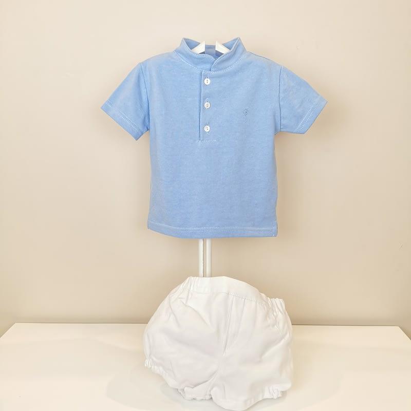 Polo en celeste cuello Mao con tres botones, manga corta. Bermuda blanca forrada, goma cintura y piernas.