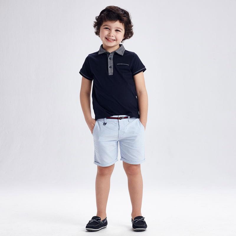 Bermuda oxford celeste niño Mayoral. Cintura con goma elástica y cierre con botón. Tejido 100% algodón. detalles en rojo y azul marino.