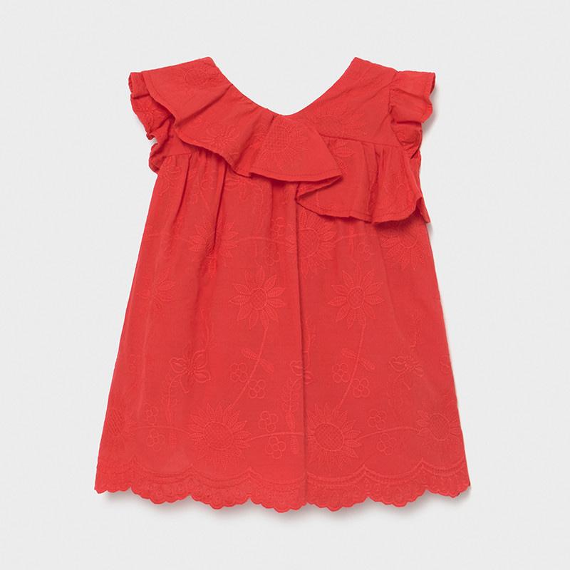 Vestido en rojo amapola bordado de flores al tono. Volante en canesú y hombros, corte evasé, que aporta mayor comodidad, cierre de cremallera en espalda, bajo del vestido en ondas.
