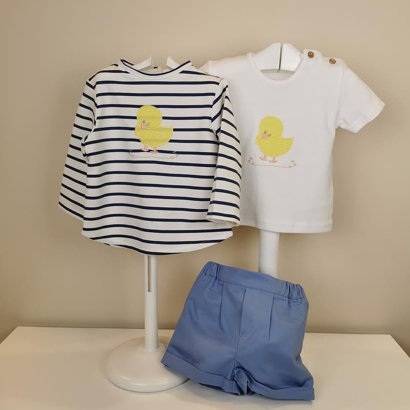 Conjunto de tres piezas, compuesto por sudadera con rayas marineras , estampado de pollitos, camiseta blanca a juego con pollitos y bermuda en azul.