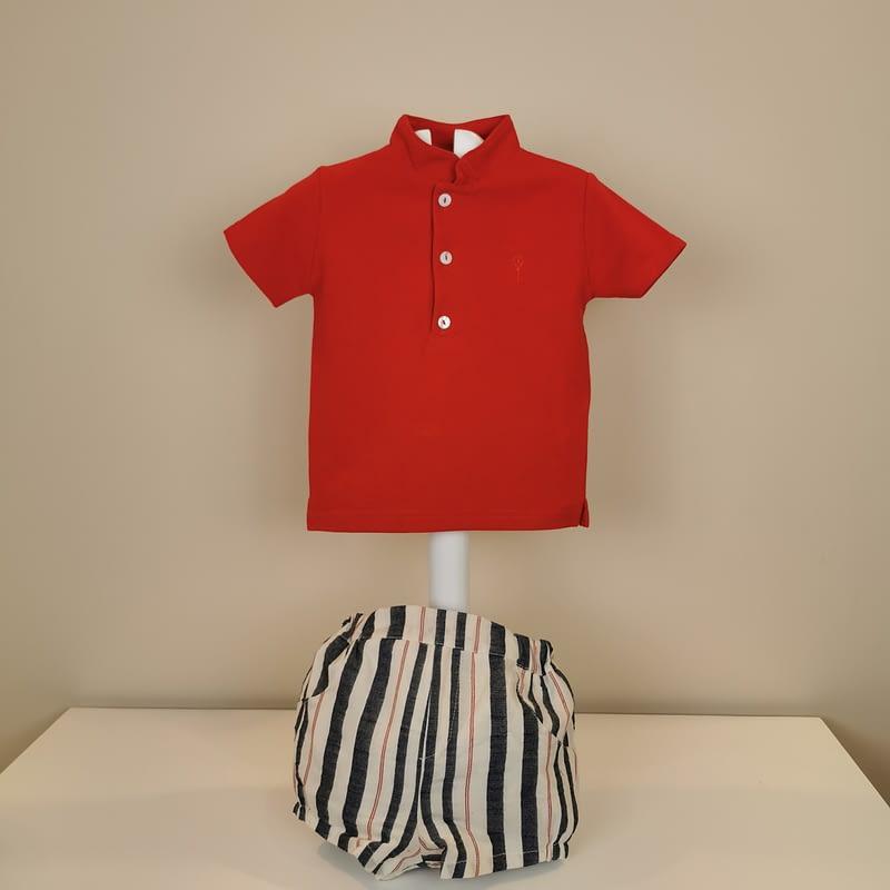 Polo rojo cuello mao,manga corta con tres botones. Bermuda rayas en marino y rojo forrada,goma cintura y pierna.